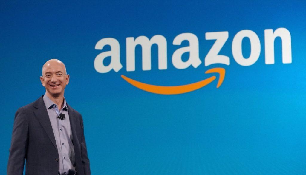 Jeff-Bezos-con-Amazon-1024x587[1]